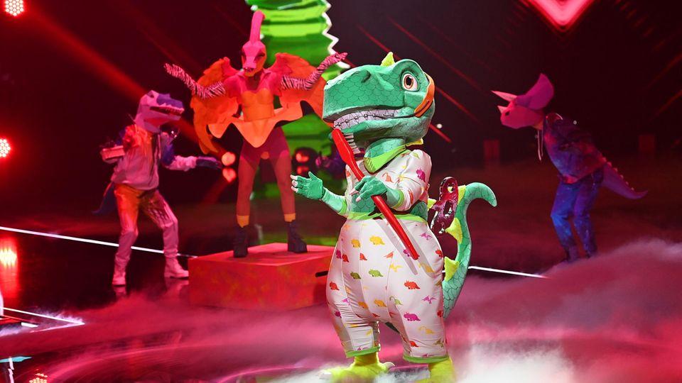 """Die Figur """"der Dinosaurier"""" tritt im Finale der ProSieben-Show """"The Masked Singer"""" auf."""