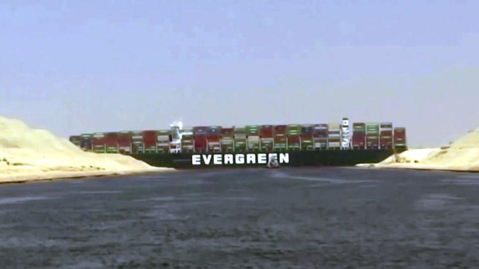 Schiff im Suezkanal auf Grund gelaufen