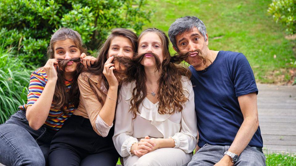Vater Ranga Yogeshwar, 61, mit seinen Töchtern Nanda, 25, Nora, 23, und Selina, 21 (v.l.)