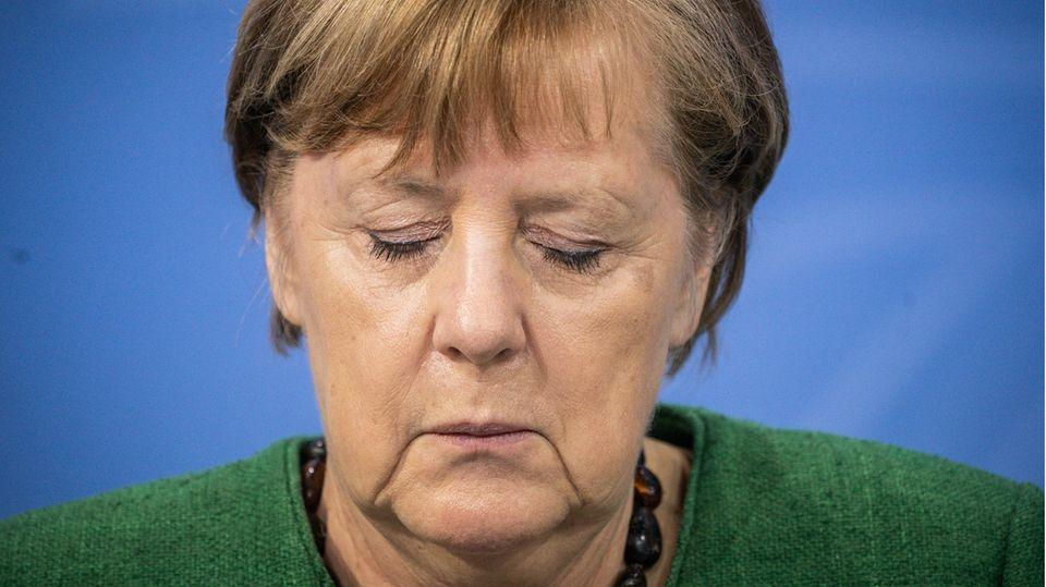 Merkel müde mit geschlossenen Augen