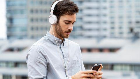 Junger Mann nutzt sein Smartphone.
