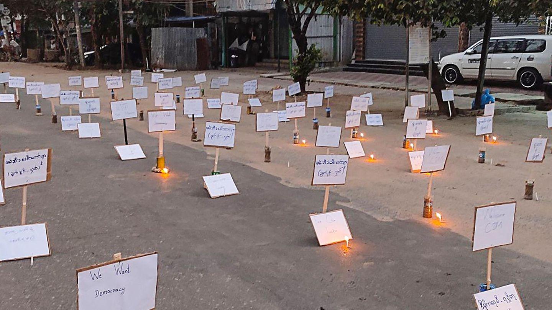 In Myanmar stehen Zettel auf der Straße als Zeichen des Protests