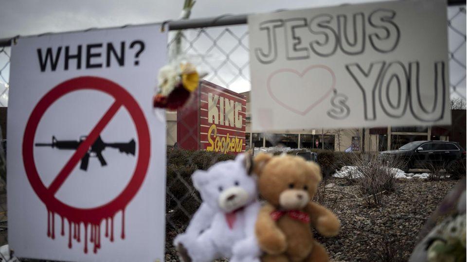 """""""Wann?"""" Mahnmalam Supermarkt in Boulder, Colorado, wo ein Angreifer 10 Menschen erschoss."""