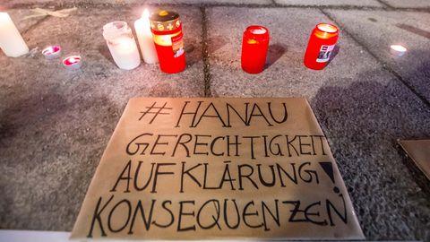 Mit Kerzen und Gedenktafeln wird der Opfer von Hanau gedacht, die letztes Jahr bei einem Attentat ums Leben kamen