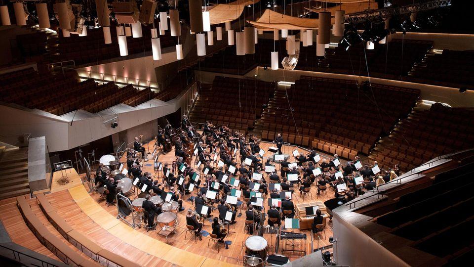 Ensemble der Berliner Philharmoniker spielen ohne Publikum in Coronzeiten.