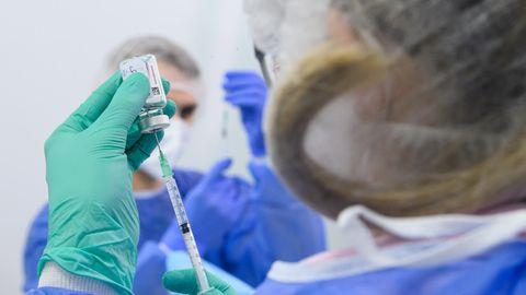 Mitarbeiter im Impfzentrum in der Messe Dresden bereiten Spritzen vor