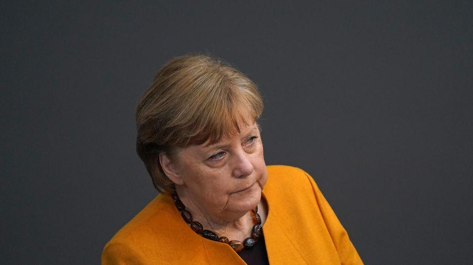 Angela Merkel schaut ernst