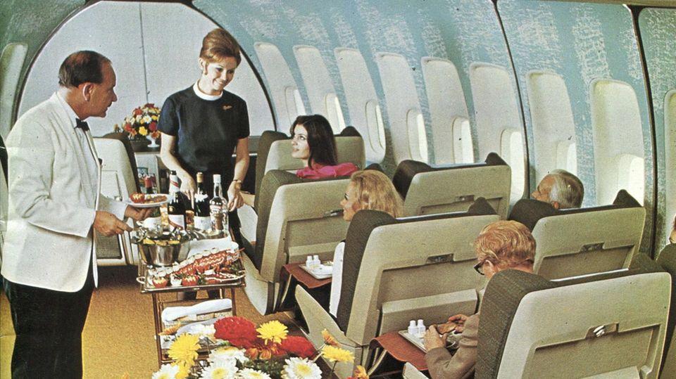 Viel Platz zum Servieren des mehrgängigen Menüs in der First Class der Boeing 747: Das Foto von 1971 entstand in einem BOAC-Jumbojet, in dem die Reiseklasse hinter dem Bug auf dem Hauptdeck untergebracht war.