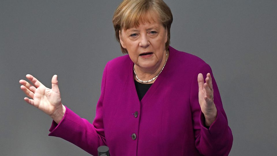 Bundeskanzlerin Angela Merkal am Rednerpult im Bundestag