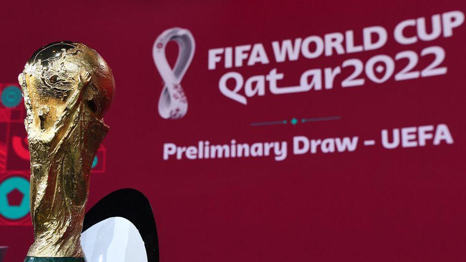 WM-Pokal bei der Auslosung der Qualifikationsgruppen der Uefa zur WM in Katar 2022