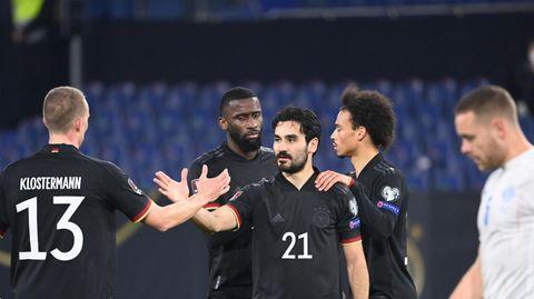 Ilkay Gündogan (M.) freut sich mit seinen Teamkollegen über sein Tor zum 3:0 gegen Island