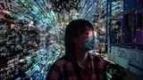 """Peking, China. Eine Besucherin der Kunstausstellung """"Virtuelle Nische: Hast Du jemals Memes im Spiegel gesehen?"""" steht vor einem digitalen Gemälde des Künstlers Liu Gang (im Hintergrund). Es ist eine der weltweit ersten Ausstellungen sogenannter Blockchain-Kunst in einem existierenden –also nicht virtuellen –Museum."""