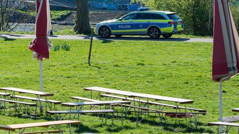 Ein Wagen der Polizei fährt am Staden, einem bei Saarbrückern beliebten Grünstreifen am Saarufer, Streife