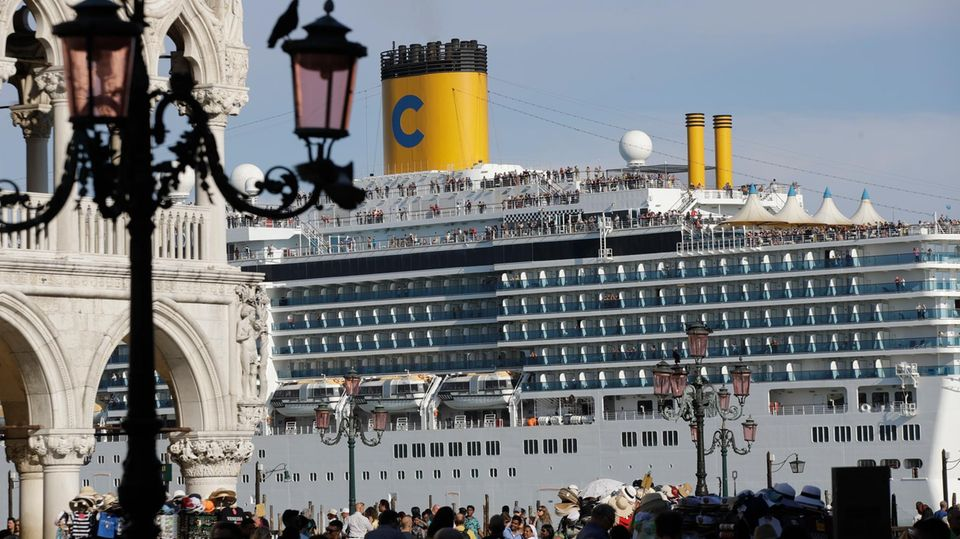 Ein Kreuzfahrtschiff, vom Markusplatz in Venedig aus gesehen