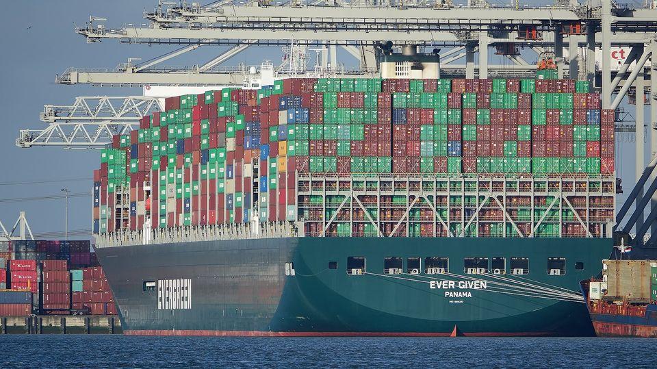 """Die """"Ever Given"""" im Hafen von Rotterdam"""