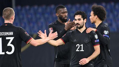 Ilkay Gündogan feiert sein Tor zum 3:0 mit den Mannschaftskollegen