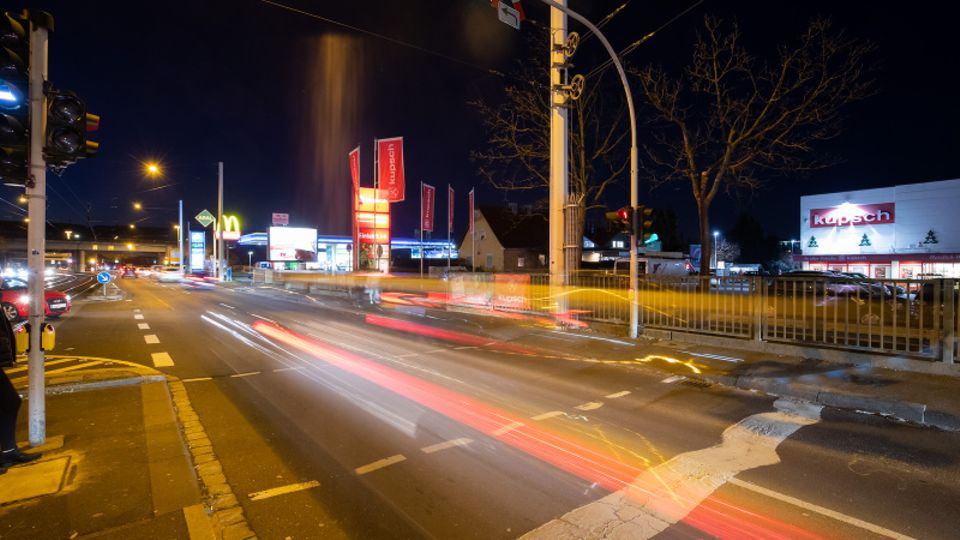 Befahrene Kreuzung in Würzburg bei Nacht