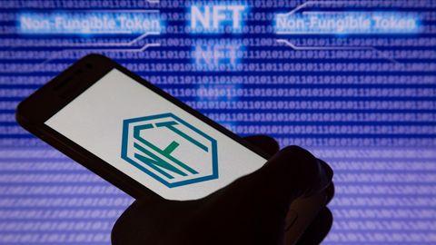 NFT-Symbol auf einem Smartphone.
