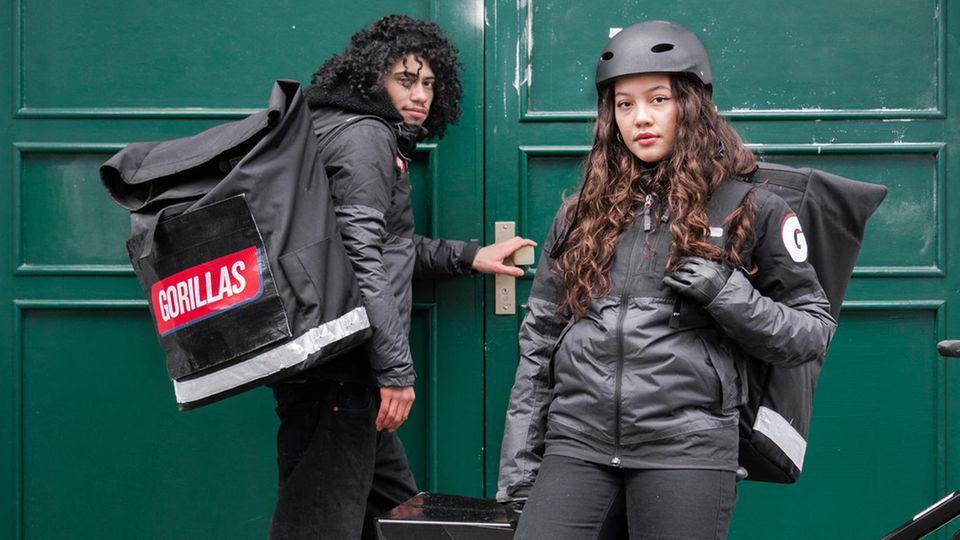 """Zwei Fahrradkuriere des Online-Supermarktes """"Gorillas"""""""