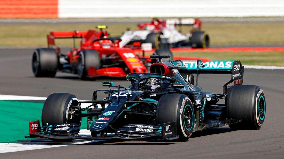 Lewis Hamilton im Mercedes fährt in Silverstone vor dem Ferrari von Charles Leclerc
