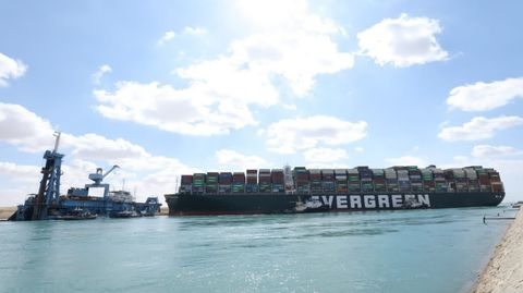 "Das Schiff ""Ever Given"" liegt quer im Sueskanal"
