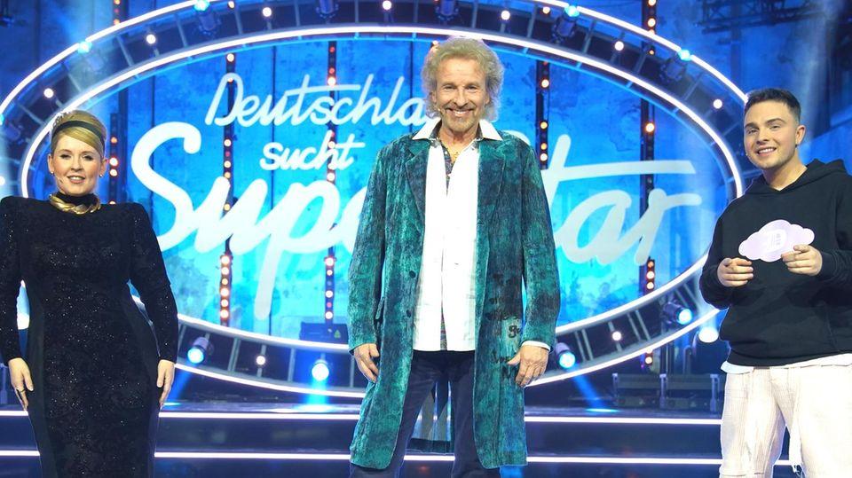 """Sängerin Maite Kelly, Moderator Thomas Gottschalk (M.) und Sänger Mike Singer auf der """"DSDS""""-Bühne in Köln"""