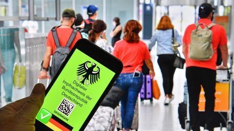 Digitaler Impfpass,Impfbestaetigung der Bundesrepublik Deutschland auf einem Smartphone (Symbolfoto)