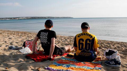 Lucas und Marcel aus Leipzig chillen am Strand von Arenal auf Mallorca