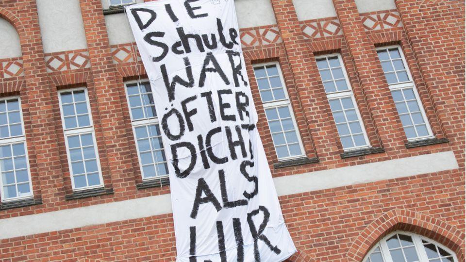 """Das Motto eines Abi-Jahrgangs in Stralsund:""""Die Schule war öfter dicht als wir"""""""