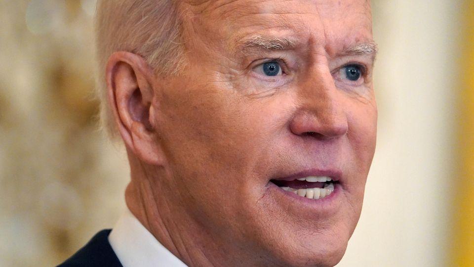 US-Präsident Joe Biden steht im Anzug da und spricht
