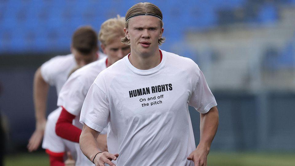 """Erling Haaland trägt ein Shirt mit der Aufschrift """"Human Rights - On and off the pitch"""""""