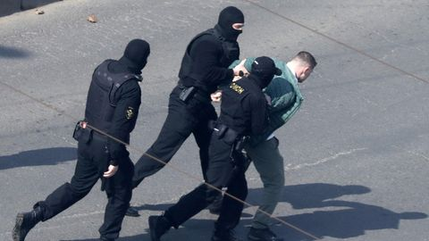 Minsk, Belarus: Polizisten nehmen einen Demonstranten fest