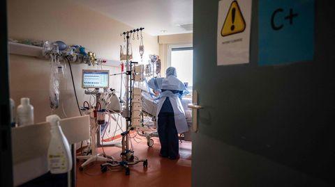 Eine Pflegekraft kümmert sich um einen Covid-Patienten auf der Intensivstation