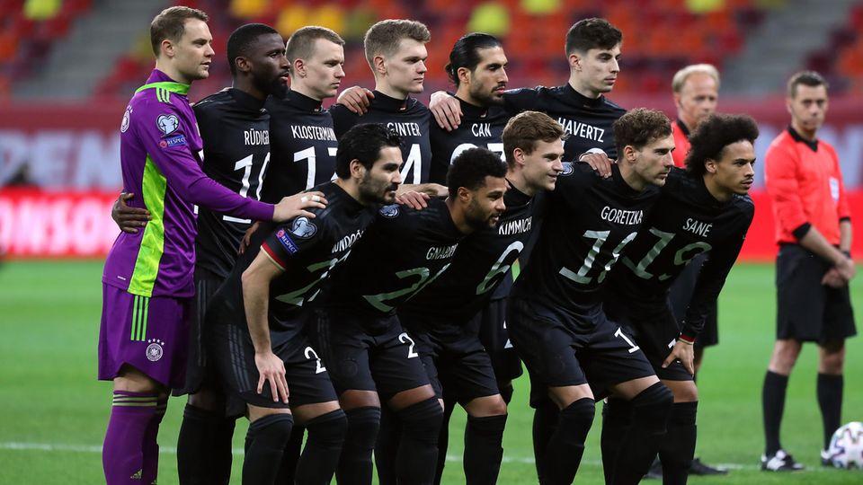 Die DFB-Nationalspieler tragen beim Mannschaftsfoto ihre Trikots verkehrt herum