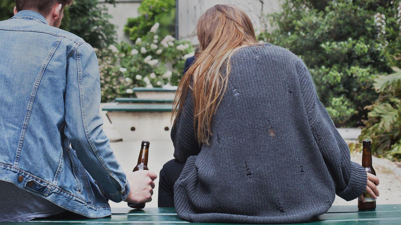Zwei junge Menschen trinken ein Bier