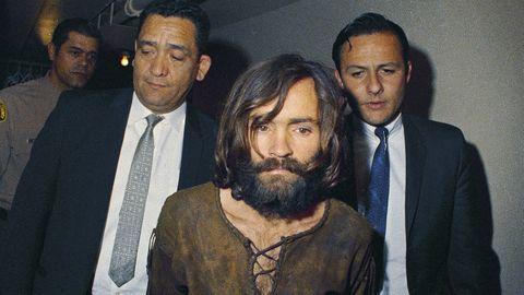 Sektenführer und Serienmörder Charles Manson wird zur Anklageverlesung geführt.