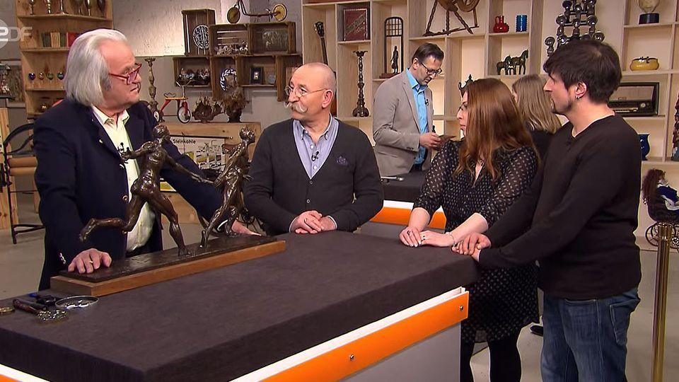 Albert Maier, Horst Lichter und das Verkäuferpaar stehen im Bares für Rares Studio