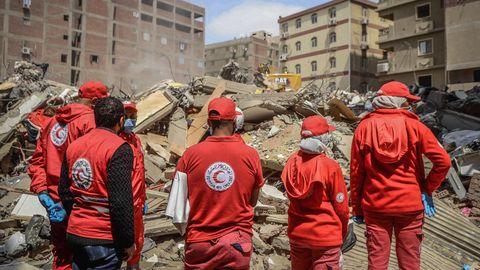 Rettungskräfte durchsuchen die Trümmer eines eingestürzten Wohnhauses in Kairo