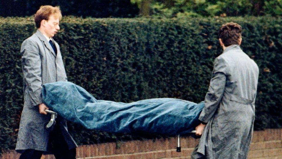 Der ermordete Treuhandchef Rohwedder wird von zwei Beamten aus seinem Haus getragen.