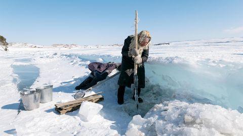 Mit einem Stock schlägt Morechodowa mehrfach am Tag ein Loch ins Eis, lässt Eimer hinab und schleppt das Wasser nach Haus
