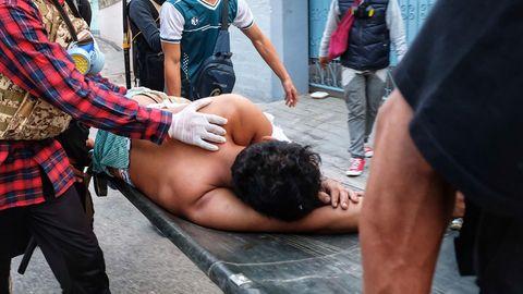 Verletzer in Myanmar wird auf einer Trage abtransportiert