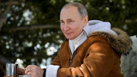 Seinen Urlaub in der Taiga teilt Wladimir Putin gern mit der Welt, nicht aber seine angebliche Corona-Vakzinierung
