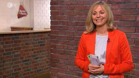 Besitzerin Hosemann freut sich im Studio von Bares für Rares in Pulheim über den Bündel Geldscheine, den sie in der Hand hält