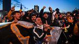 """Bukarest, Rumänien. Die Corona-Pandemie ist überall eine Last für die Menschen und treibt sie auf die Straße, wo sich die Wut über die Beschränkungen entlädt. Tausende Demonstranten folgen einem Aufruf der rechtsradikalen Partei AUR, um sich gegen die """"Gesundheitsdiktatur"""" zu wehren.In Rumänien liegt die 14-Tage-Inzidenz aktuell bei363,68 Neuinfektionen, die Intensivstationen sind voll und in zahlreichen Orten herrschen ganztägige Ausgangsbeschränkungen."""