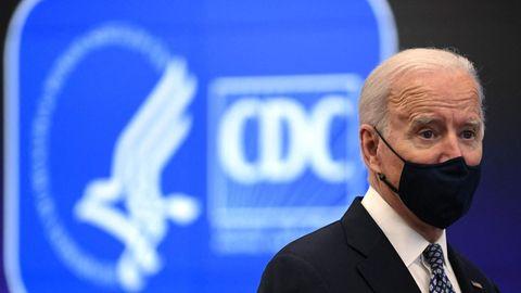 US-Präsident Joe Biden gestikuliert vor einer Wand mit blau-weißem CDC-Logo – dem des US-Seucheschutzes