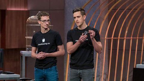 """Die Zaunkoenig-ErfinderDominik (links) und Patrick Schmalzried präsentieren ihre Computermaus in der """"Höhle der Löwen"""""""