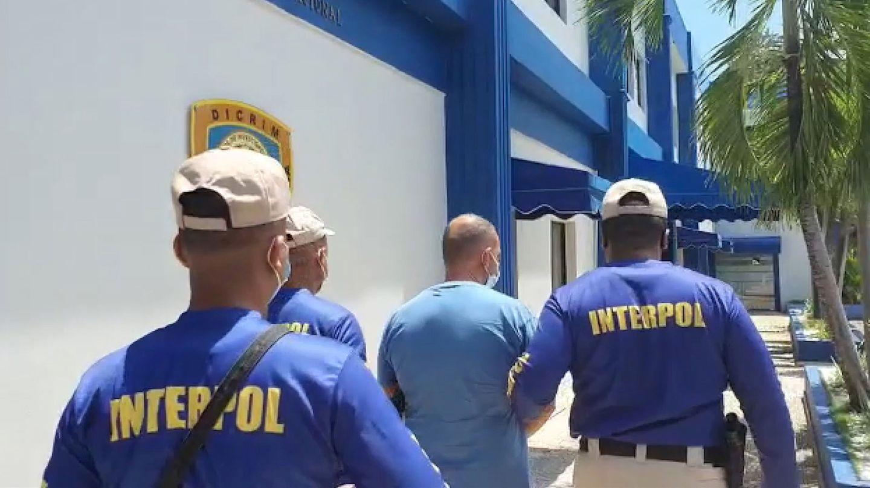 Mafioso wird von Interpol-Beamten abgeführt.
