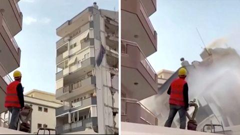 Links schaut ein Bauarbeiter mit gelbem Helm und oranger Warnweste auf eine Hausruine, rechts sieht er beim ihrem Einsturz zu