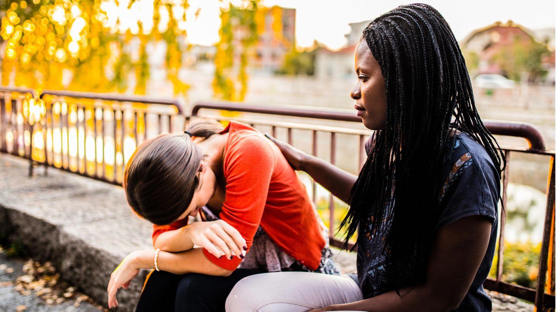 Frau tröstet Freundin