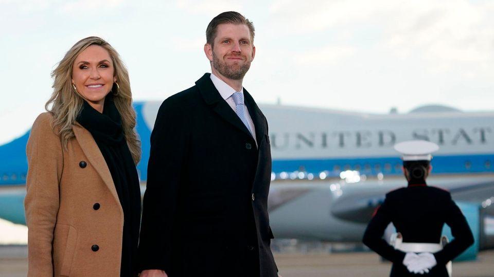 Eric und Lara Trump vor einem Flugzeug